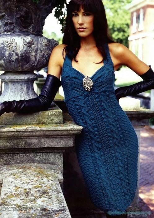 Вязаное платье на бретелях