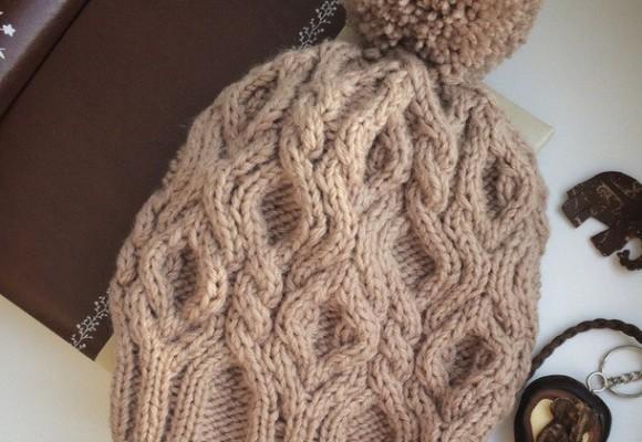шапка спицами с аранами