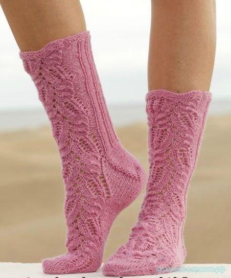 Вязаные спицами носки с ажурным узором Think Pink от DROPS Design.