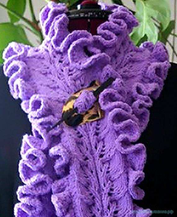 Вязанный ажурный шарф с рюшами