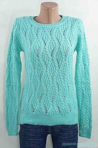 Вязаный спицами пуловер.
