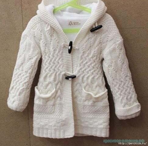 Стильное детское пальто спицами.